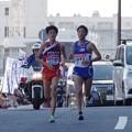 写真: 競り合う学生連合と山梨学院大学上村純也選手