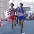 写真: 並走する学生連合と山梨学院大学上村純也選手