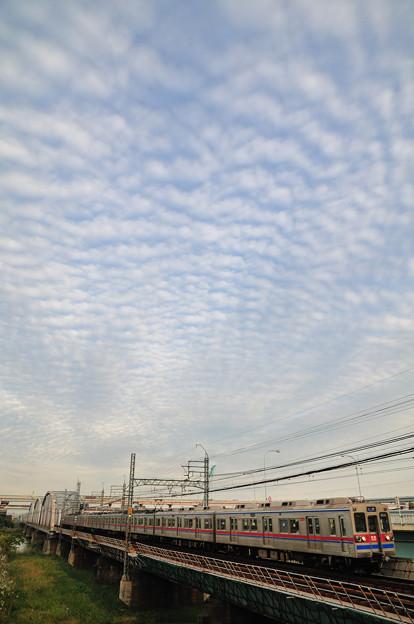 まだら雲と京成線の通勤電車