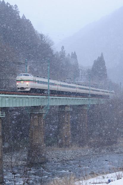 吹雪の中を駆ける189系特急型電車
