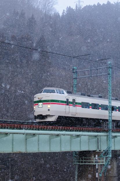上越国境を越えて姿を現した189系特急型電車