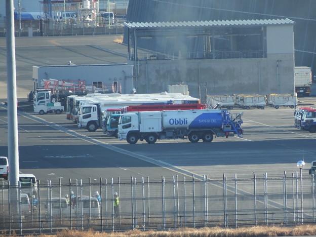 写真: 新型レフューラー三愛石油(手前の車)