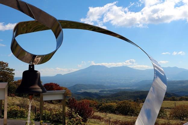 Photos: 浅間山と愛妻の鐘