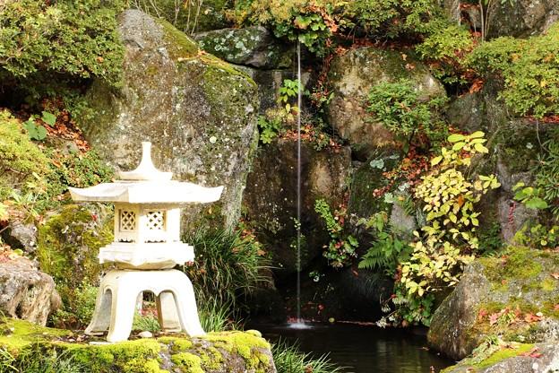 石灯籠と滝