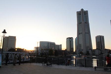 ランドマークタワーと夕日