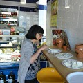 写真: モッツァレラの味見