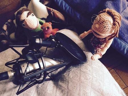 録音中というテイの人形たち…