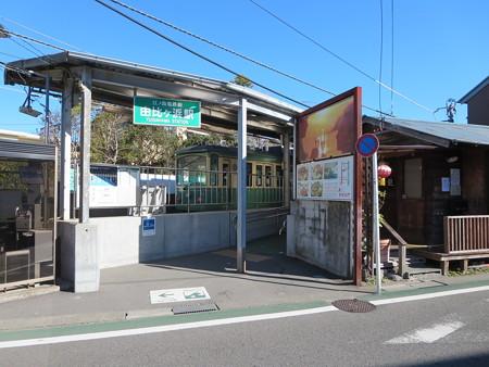 由比ガ浜駅には緑色の江ノ電車両がよく似合う