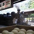 写真: 栗饅頭とSL人吉
