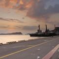 写真: 漁港の夕方