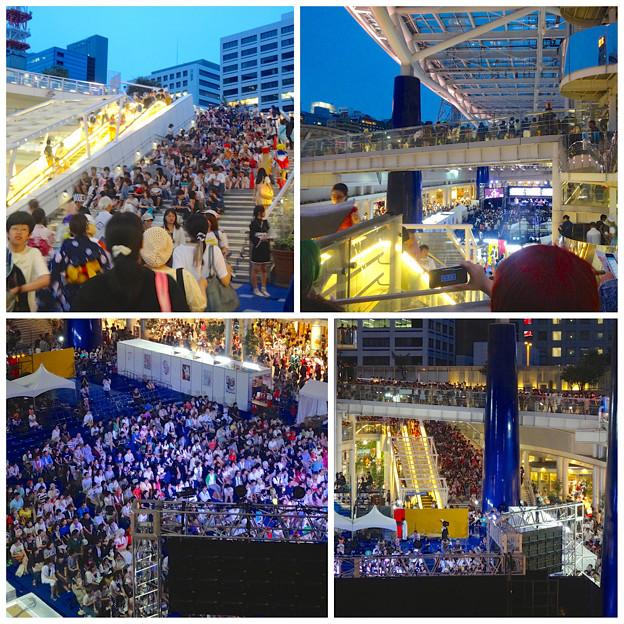 世界コスプレサミット 2014:ファイナル・ステージが行われていたオアシス21に集まった人たち