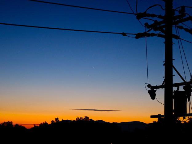 早朝に並んで輝く金星と木星、そして電柱のシルエット - 1