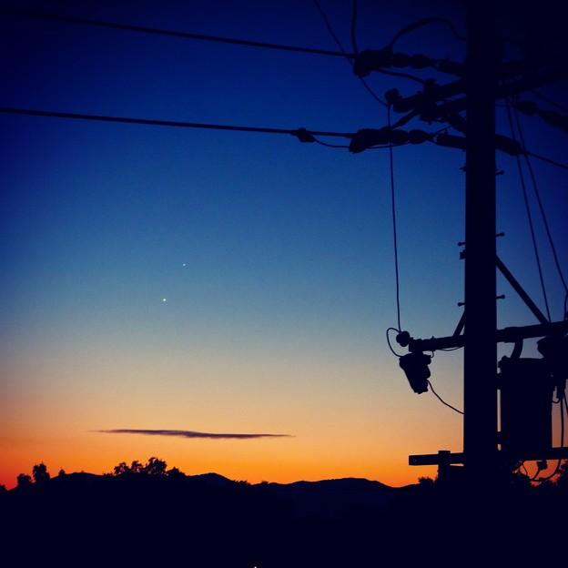 早朝に並んで輝く金星と木星、そして電柱のシルエット - 2