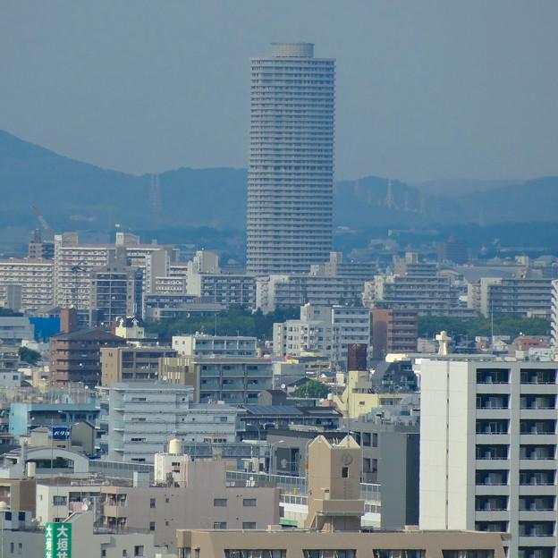 超高層マンションとその手前のビル群