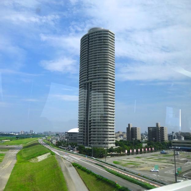 名古屋高速から見た、高層マンション「ザ・シーン城北」 - 4
