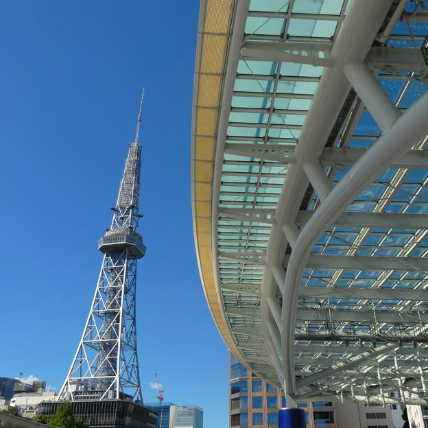 写真: 青空を背景に、名古屋テレビ塔とオアシス21