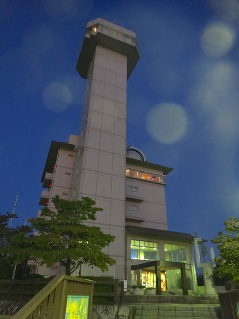 スカイワードあさひ No - 092:建物外観(夜、真下から見上げる)