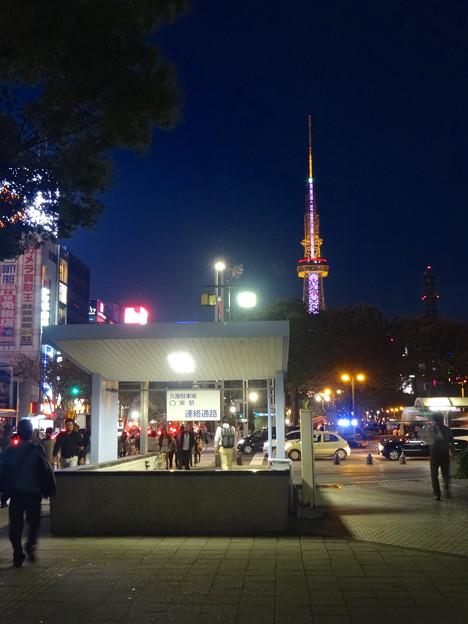名古屋まつりで賑わう久屋大通公園と名古屋テレビ塔