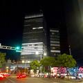 写真: ミッドランドスクエアのクリスマスイルミネーション越しに見上げた、大名古屋ビルヂング