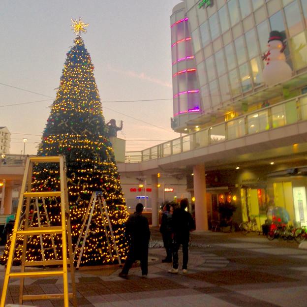 ちょうど設置作業中だった、JR勝川駅前のクリスマスツリー(2015) - 5