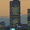 写真: エアポートウォーク名古屋から見た、夕暮れ時のミッドランドスクエアの壁面イルミネーション - 2