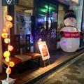 写真: 地下鉄「名古屋港」駅前の喫茶店に、大きなスノーマン! - 1