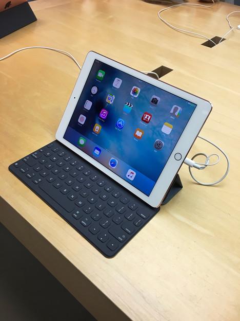 先日発売された「iPad Pro(9.7インチ)」 - 1:「Smart Keyboard」接続済み