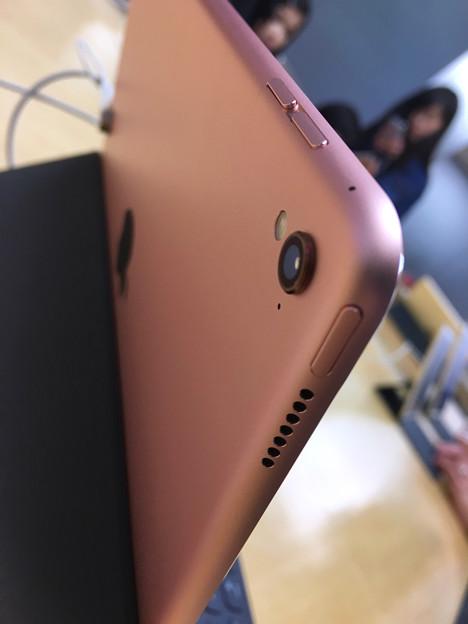 先日発売された「iPad Pro(9.7インチ)」 - 3:わずかに飛び出してる、背面カメラのレンズ
