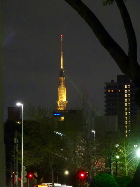 地下鉄・市役所駅の入口前から見えた、夜の名古屋テレビ塔と久屋大通公園のレーザー - 1