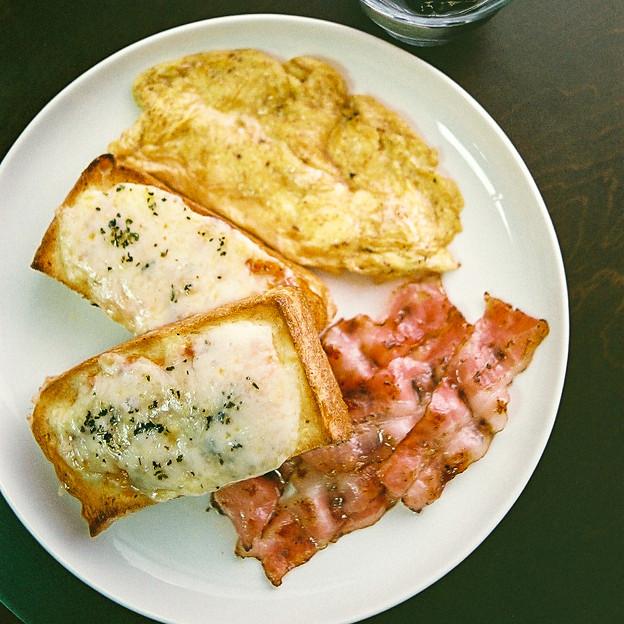 ビザトーストとオムレツのワンプレート