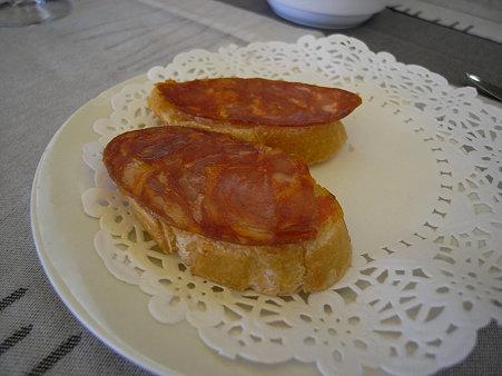 トマトのパテが塗られたハムを乗せたパン