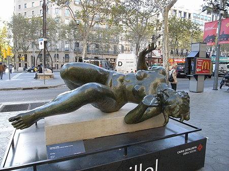 裸の女性が仰向けに倒れているブロンズ像...