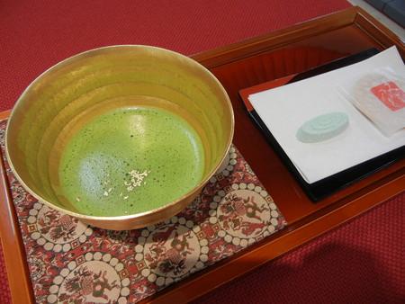 24金の茶碗でお茶を飲める