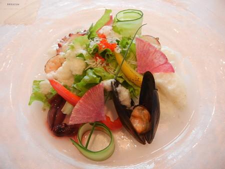 色鮮やかな野菜とシーフードのグルメなサラダ 自家製淡路産玉葱ドレッシング