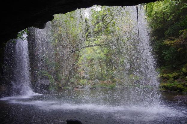 滝の裏側より