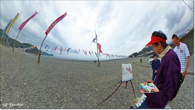 鯉のぼり 故郷の浜を 筆で撮る