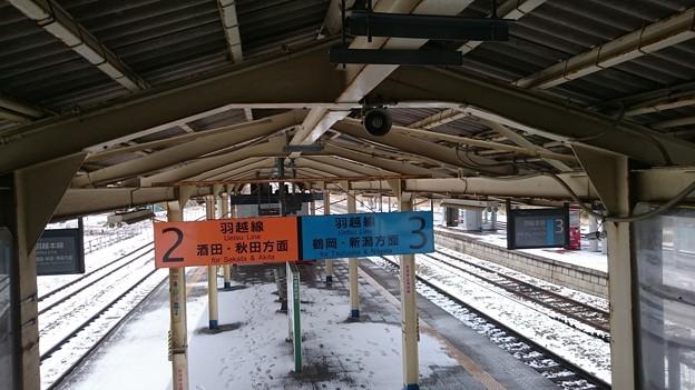 写真: 雪の積もったホーム [JR 余目駅]