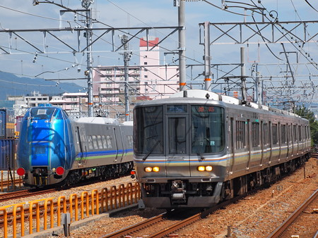 223系新快速とキハ285系山陽本線鷹取駅02