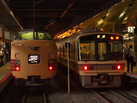 381系きのさきと221系普通 山陰本線京都駅01