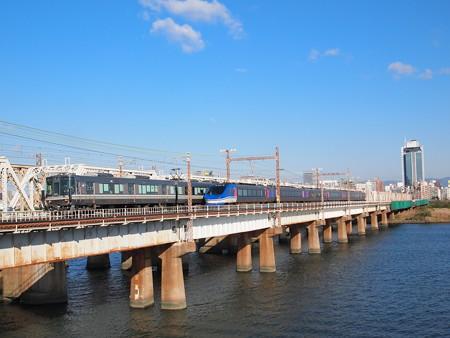 223系快速とHOT7000系特急スーパーはくと 東海道本線新大阪~大阪