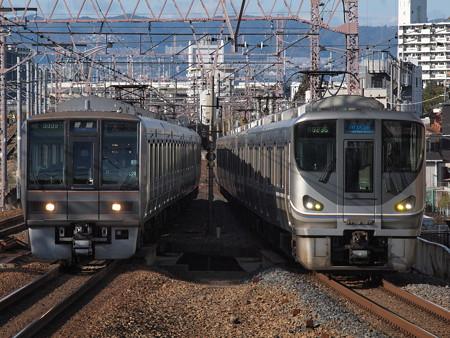 225系新快速と207系普通 東海道本線塚本駅
