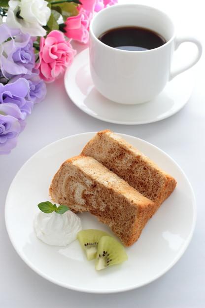 手作りマーブルシフォンケーキとコーヒー