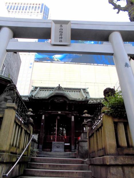 品川駅高輪口界隈_高山(稲荷)神社-01鳥居・社殿