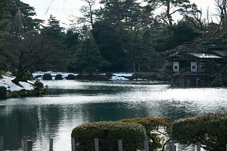 霞が池と内橋亭 うしろに雪も!