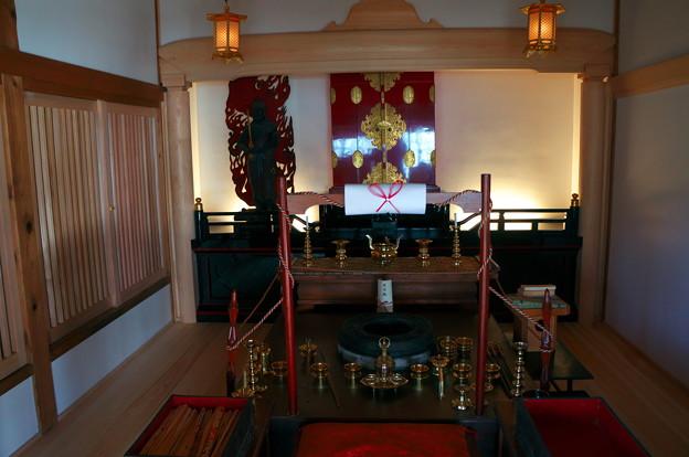 写真: 本堂の護摩壇