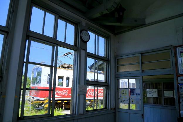 駅舎とコカ・コーラ