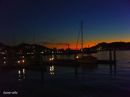 ヨットハーバーに夜