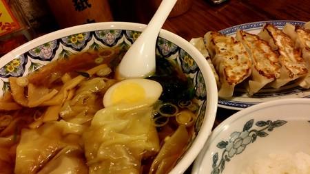 久し振りにワンタン麺と餃子食べに来た(^^)
