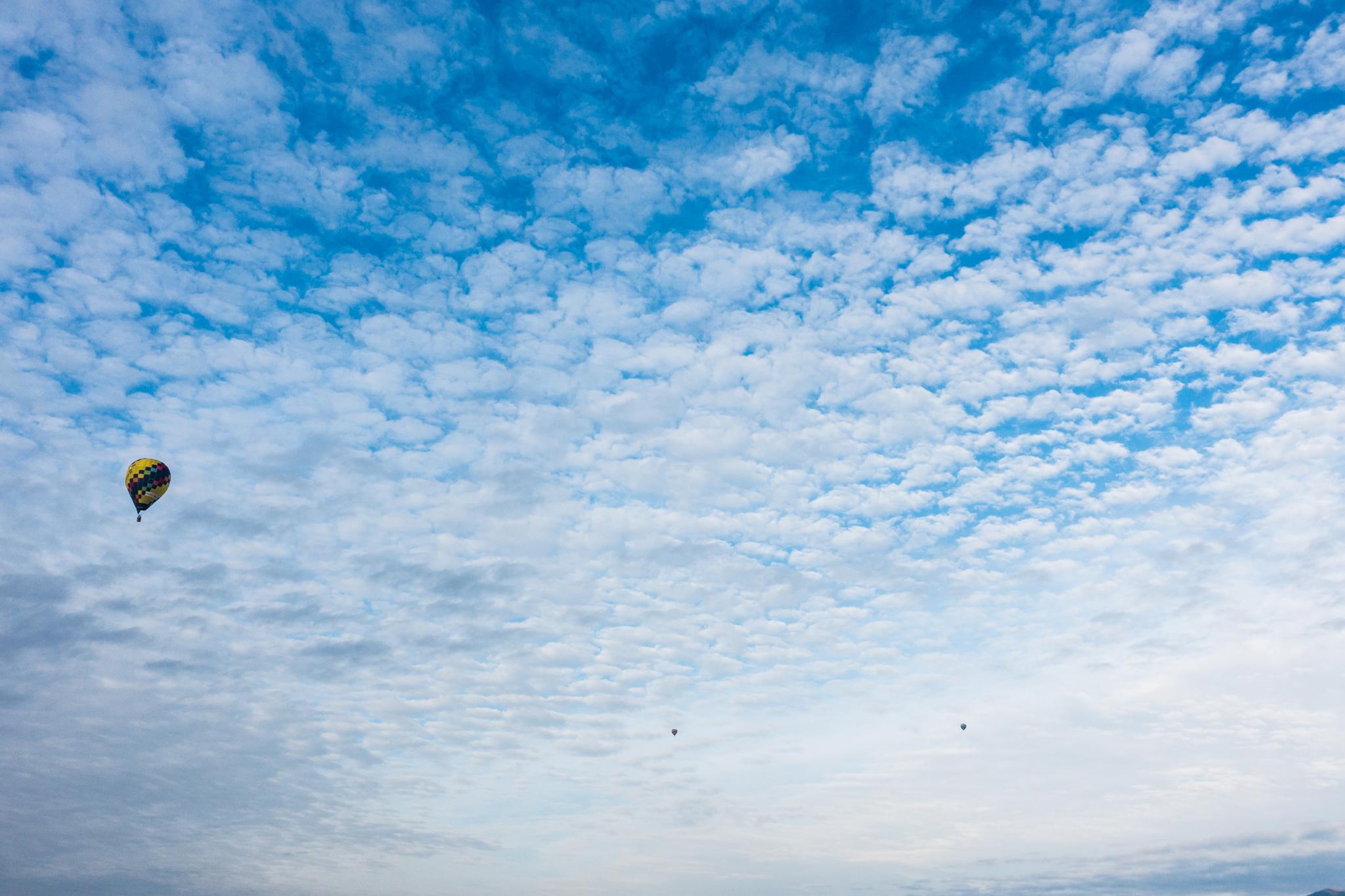うろこ雲にバルーン