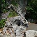 遊歩道脇の穴あき岩